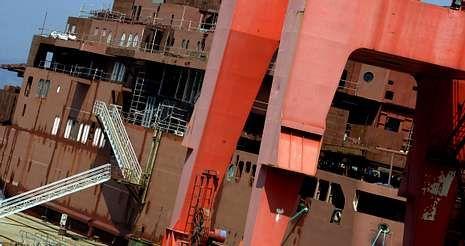 El casco del ferri permanece amarrado en el muelle del astillero desde el pasado 16 de junio, que llegó remolcado a Vigo.