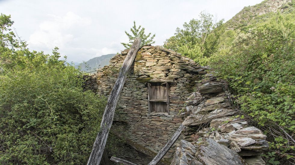 Todas las construcciones de Lentellais están arruinadas, tras varias décadas de abandono total