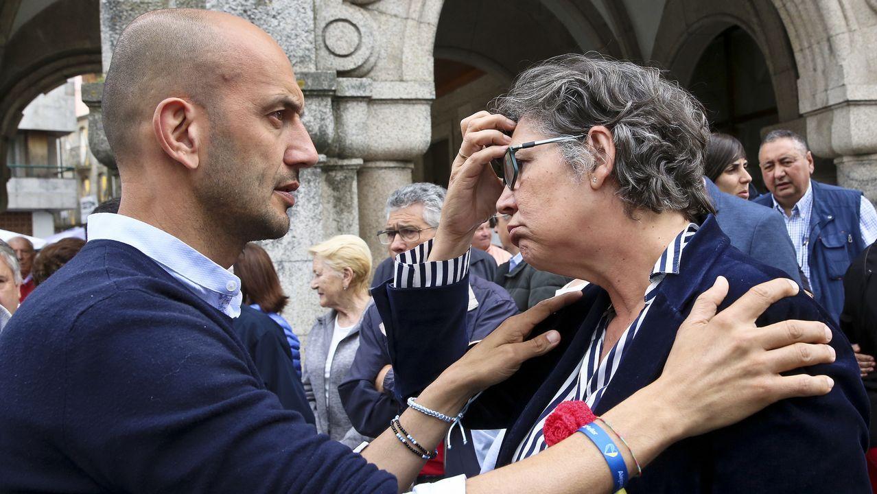 La alcaldesa, Eva García (PSOE), junto al líder del PP local, Alejandro Lorenzo, en la protesta por los disparos en una fiesta gitana