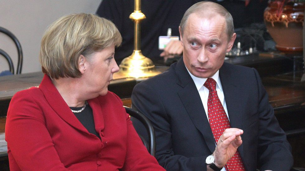 Vladimir Putin conversa con la canciller alemana Angela Merkel durante una cumbre bilateral celebrada en Rusia