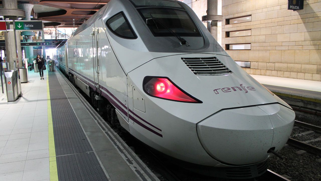 .Un tren Alvia en la estación de Oviedo