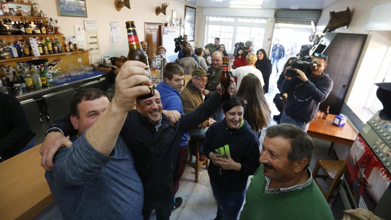 Los ganadores de un tercer premio de la Lotería de Navidad en Gijón celebran su buena suerte.Celebración en el bar Cascudo