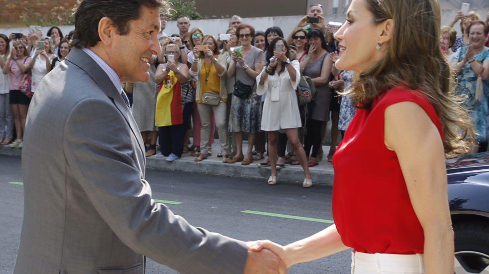 La reina saluda al presidente del Principado, Javier Fernández, en medio de una gran expectación.La reina saluda al presidente del Principado, Javier Fernández, en medio de una gran expectación