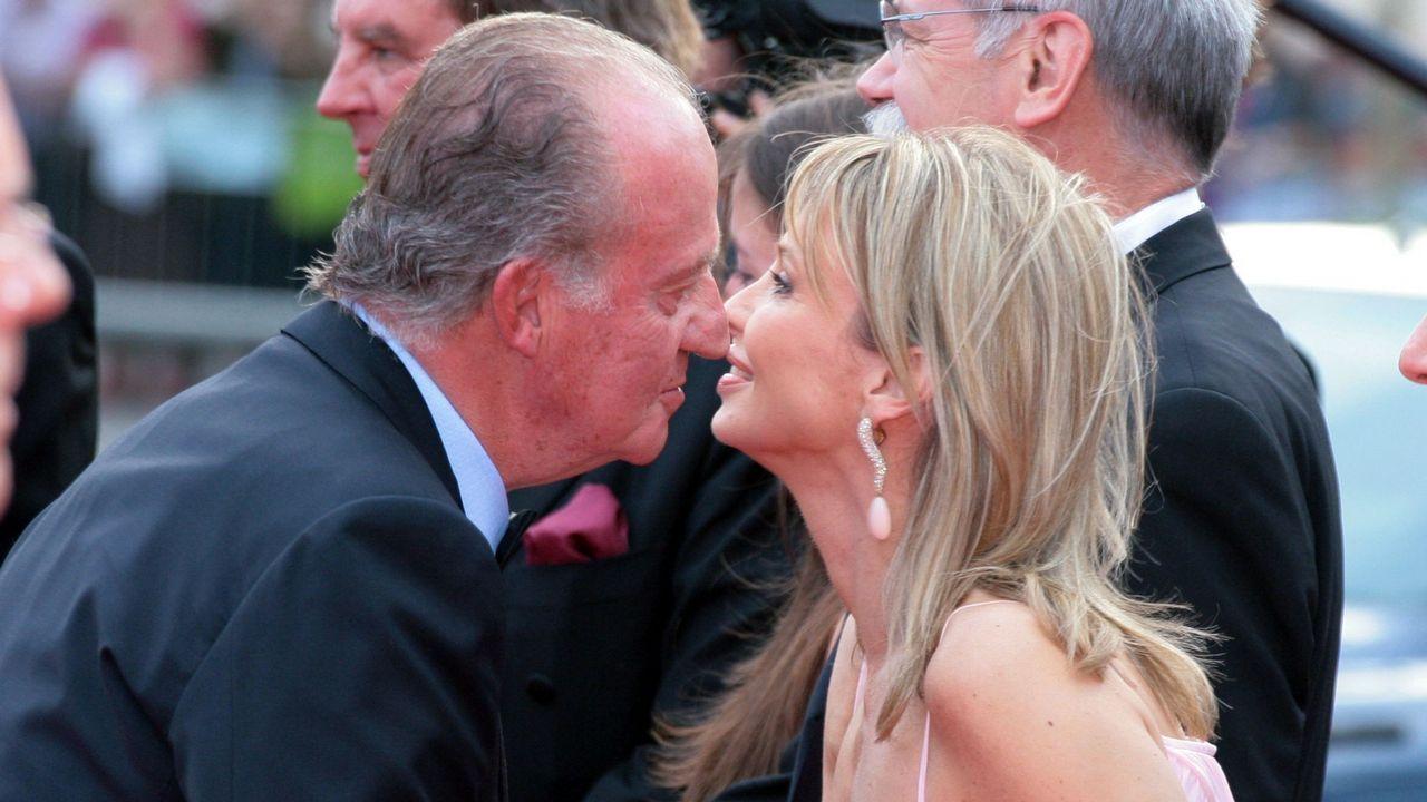 El entonces rey Juan Carlos I saluda a Corinna zu Sayn-Wittgenstein en Barcelona, en una imagen del 2006