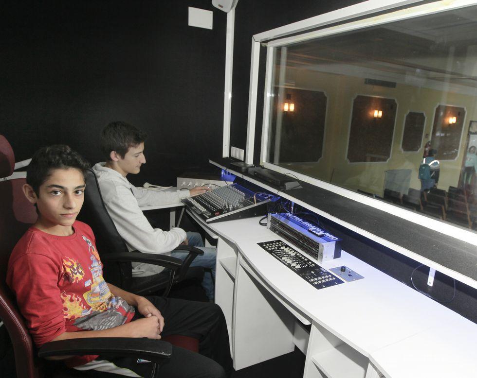 Diego y Eloy en la cabina de sonido que ayudaron a construir