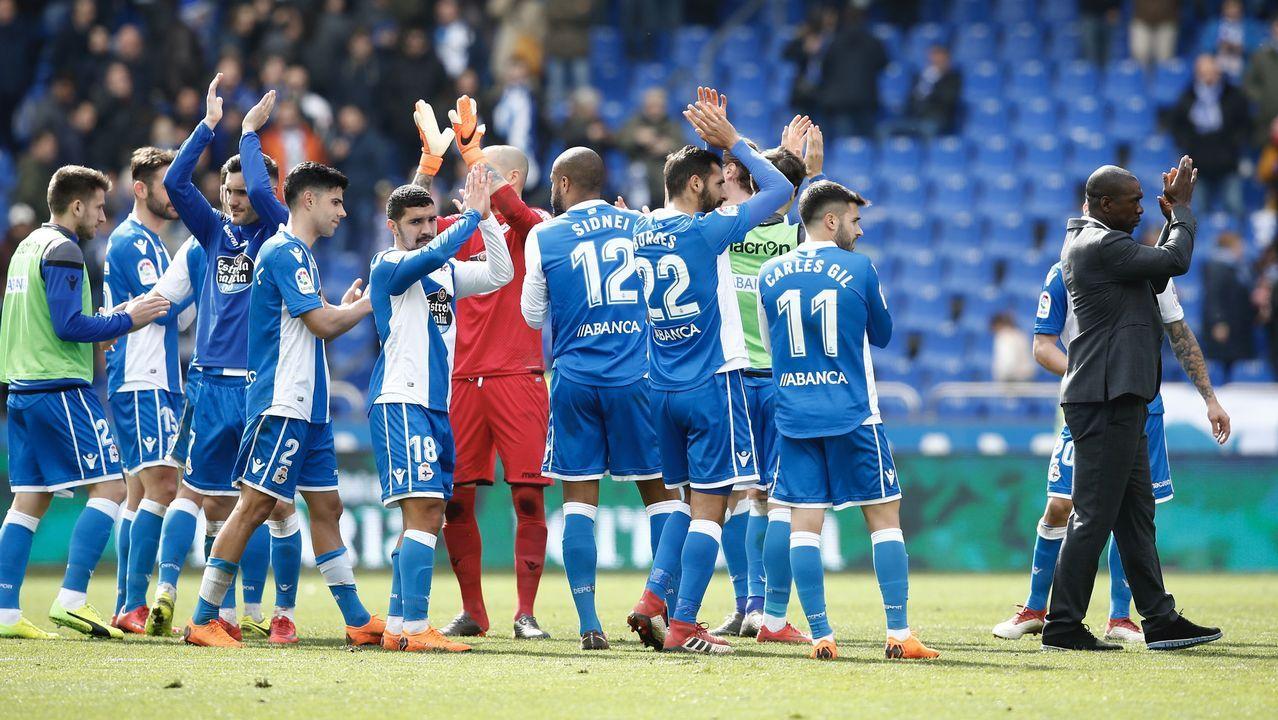 .El Deportivo aplaude a sus aficionados al término del partido del pasado sábado