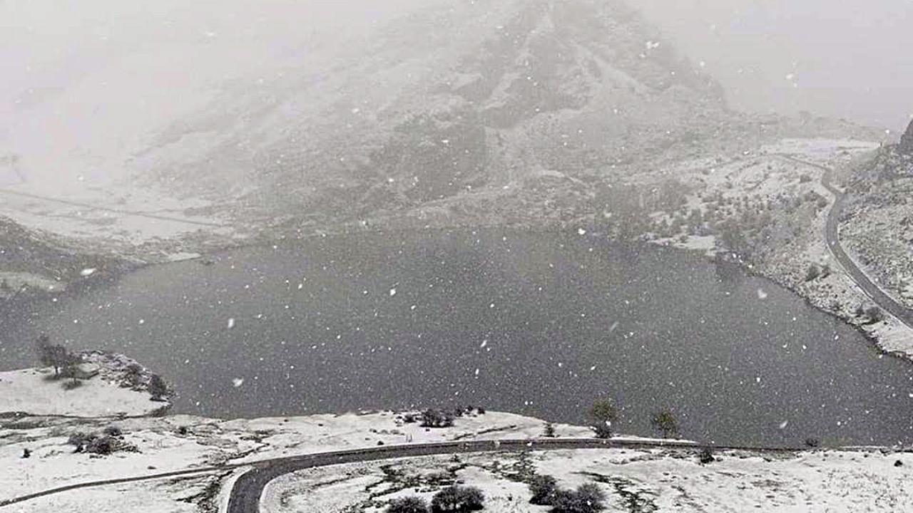 Los lagos de Covadonga cubiertos por la nieve