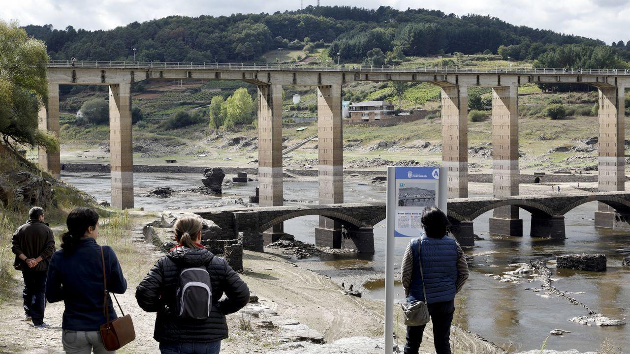 El último atardecer del verano en Vigo.Imagen con el cartel de la próxima cita alemana sobre cambio climático
