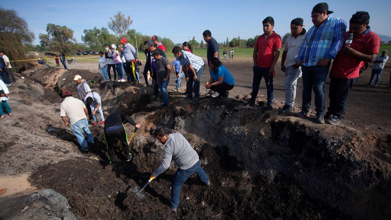 Pobladores de Tlahuililpan participan junto con familiares en la búsqueda de restos de las personas fallecidas en la explosión del oleoducto