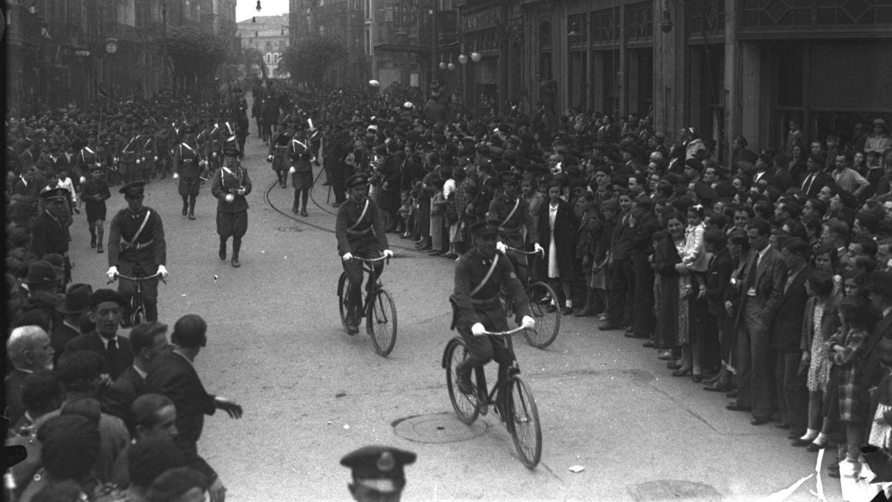 Esta fotografía de Constantino Suárez muestra el paso de las bicicletas en el desfile de tropas del 14 de abril de 1934