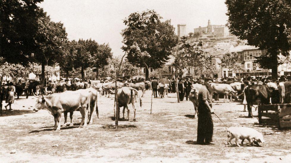 Una imagen de 1950 muestra el campo de la feria que se encontraba ante la fachada del colegio