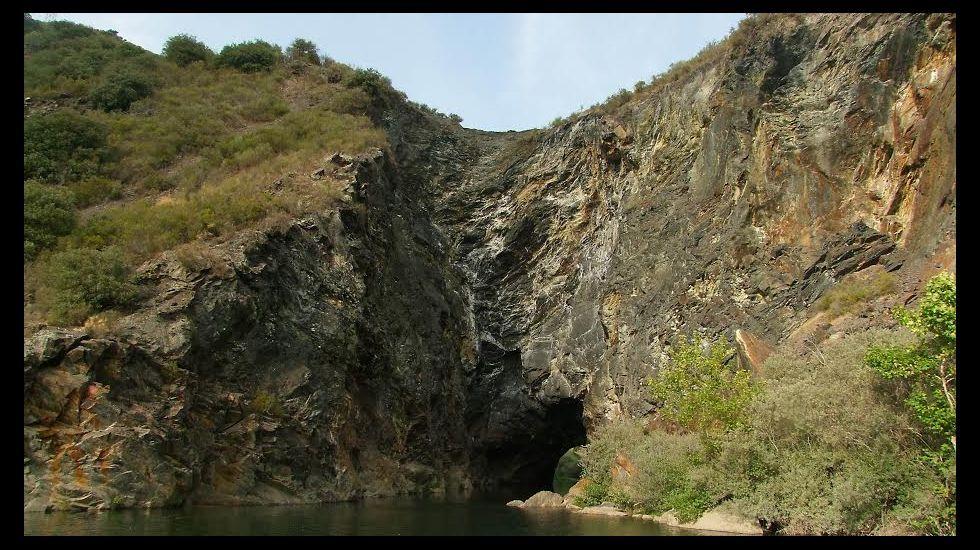 Túnel de Montefurado. Para llegar a este paraje representativo de la minería romana hay que salir de Quiroga por la N-120 y tomar un desvío que aparece tras recorrer trece kilómetros