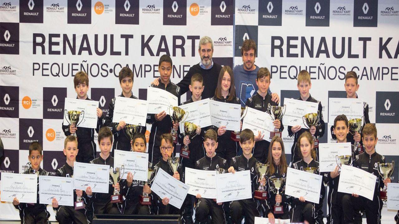 Fernando Alonso y Jesús Prensa con los 20 niños finalistas de la segunda edición del Open Renault Kart Pequeños Campeones