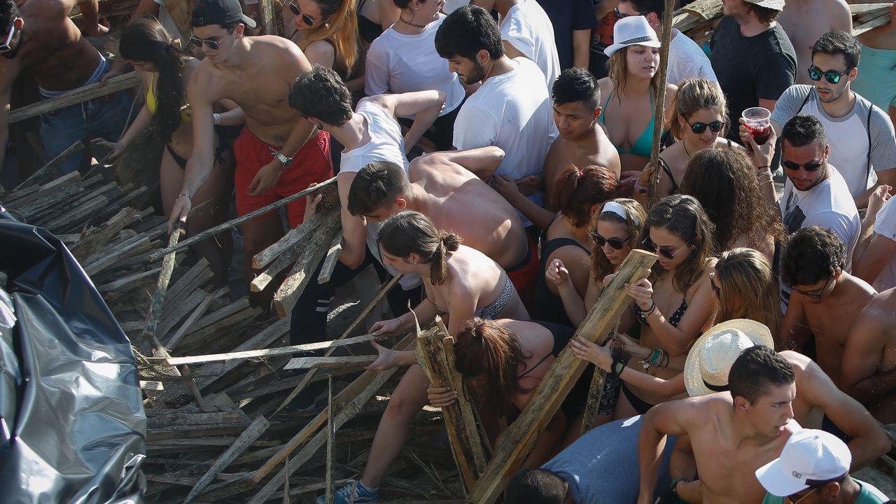 Reparto de madera en las playas de Riazor y Orzán.