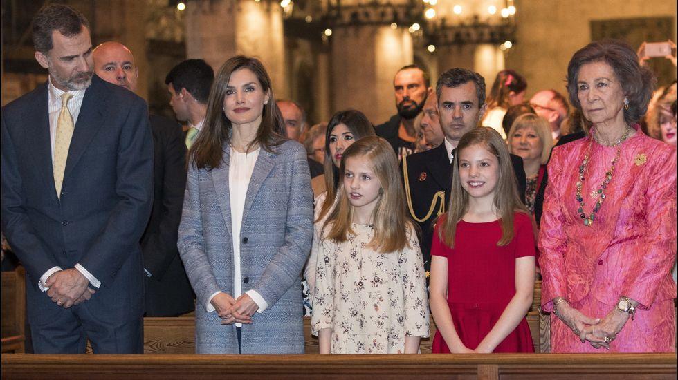 .Con sus padres, su hermana y su abuela en la misa de Pascua