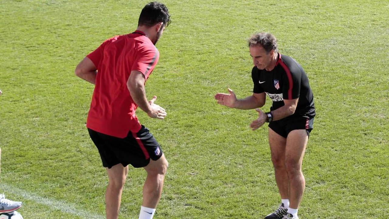 Así trabaja el «Profe Ortega».Foto de equipo del Real Oviedo Genuine