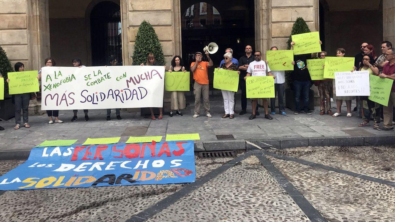 .Concentración de las ONG en Gijón contra los recortes en cooperación