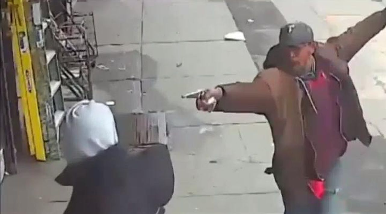 Muere tiroteado en Nueva York un hombre que amenazaba a la gente con una tubería.El concejal de Economía del Ayuntamiento de Oviedo, Rubén Rosón