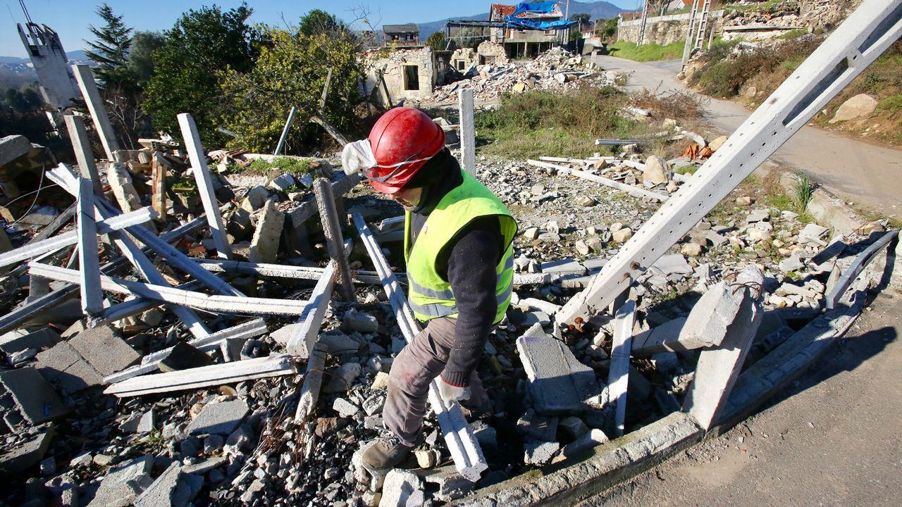 Desmantelamiento de la pirotecnia y comienzo de obras de demolición en Tui