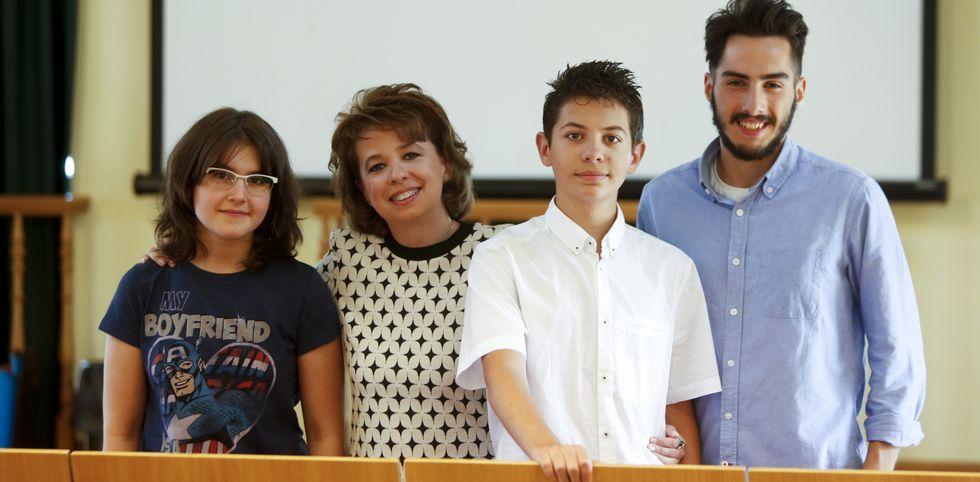 Algunos de los integrantes del Círculo de Ares, fotografiados en la biblioteca municipal.