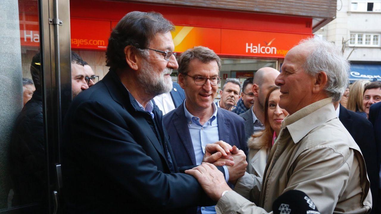 El alcalde de Oleiros, Ángel García Seoane, en la furgoneta que utiliza para la campaña