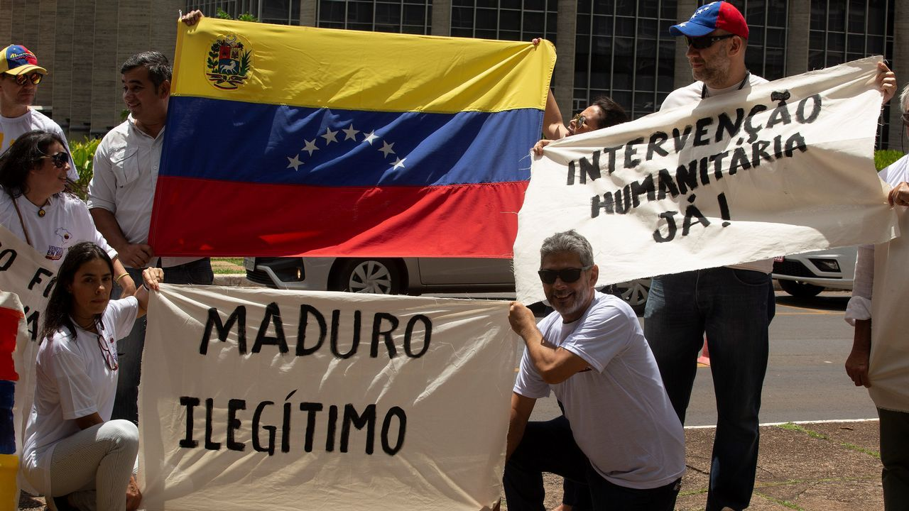 Un grupo de venezolanos se manifestan frente a la cancillería brasileña en Brasilia