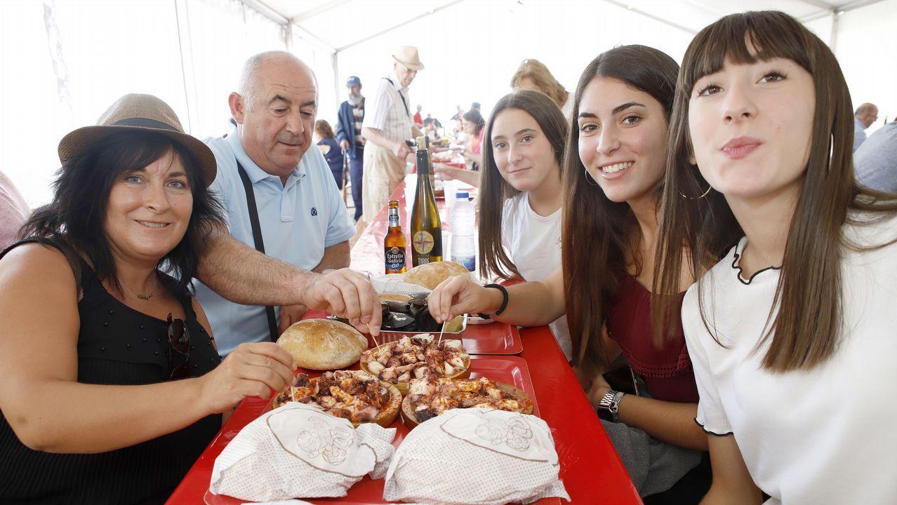 Fiestas para despedir agosto.Turistas alemanes salen de una panadería de Oviedo con algunos dulces típicos
