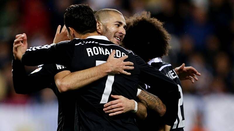 El Real Madrid-Celta, en fotos.Joaquín Larrivey pugna por hacerse con un balón junto a Gareth Bale durante el partido disputado anoche en el Santiago Bernabéu.