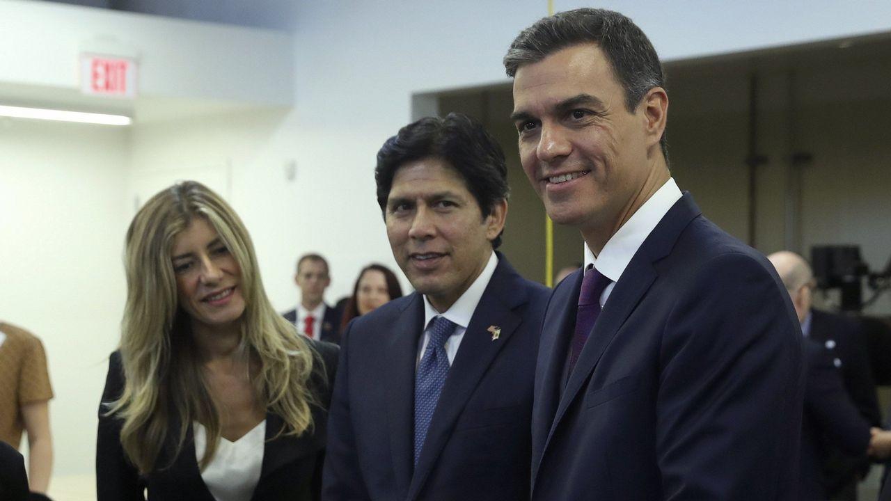 Pedro Sanchez y su esposa, Begoña Gómez, junto al sendor Kevin de León, en Los Ángeles