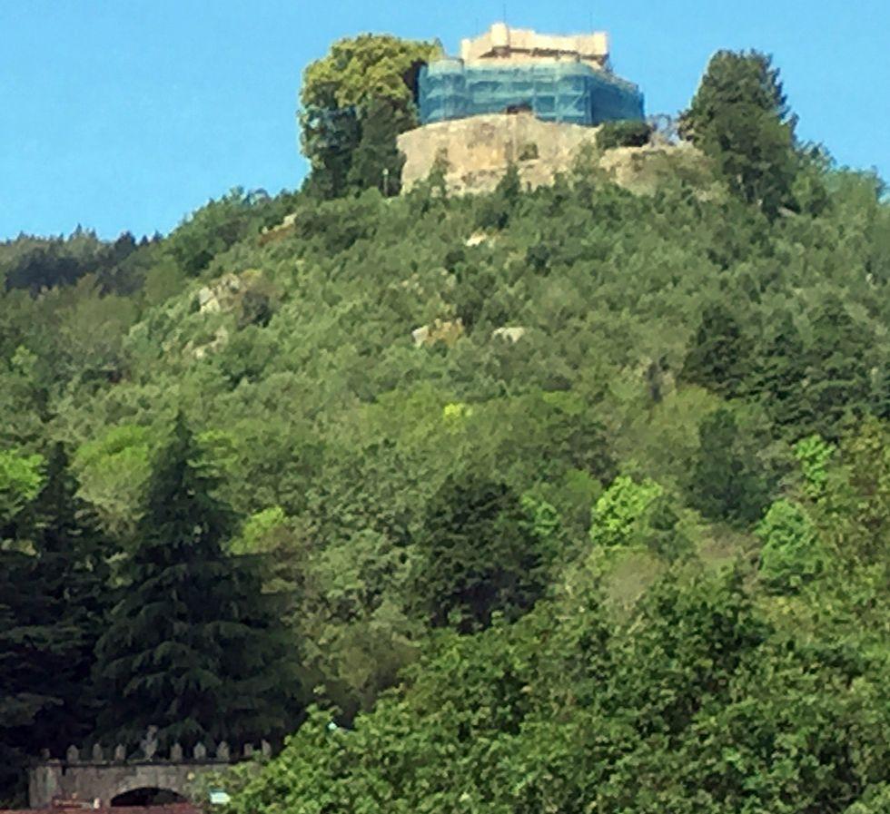 .El castillo de Sobroso, en Mondariz, está rodeado de andamios.