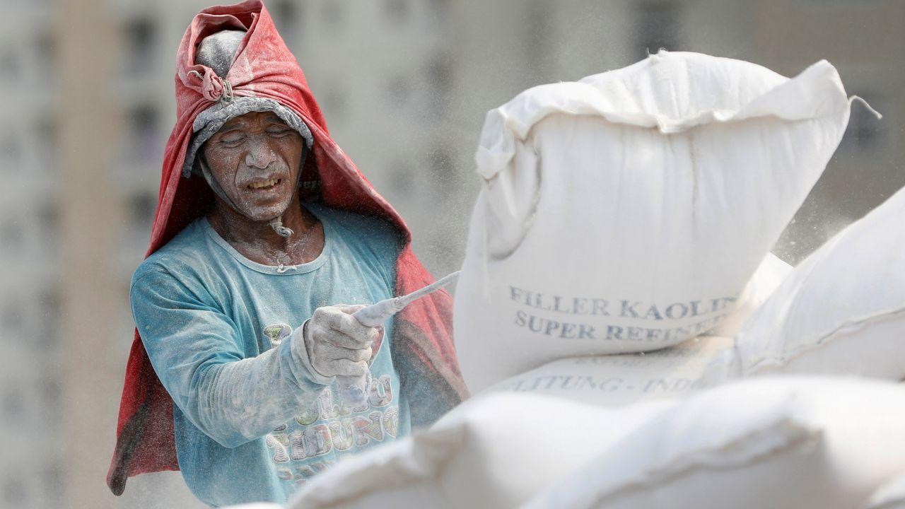 Un hombre trabaja en el puerto de Yakarta, en Indonesia