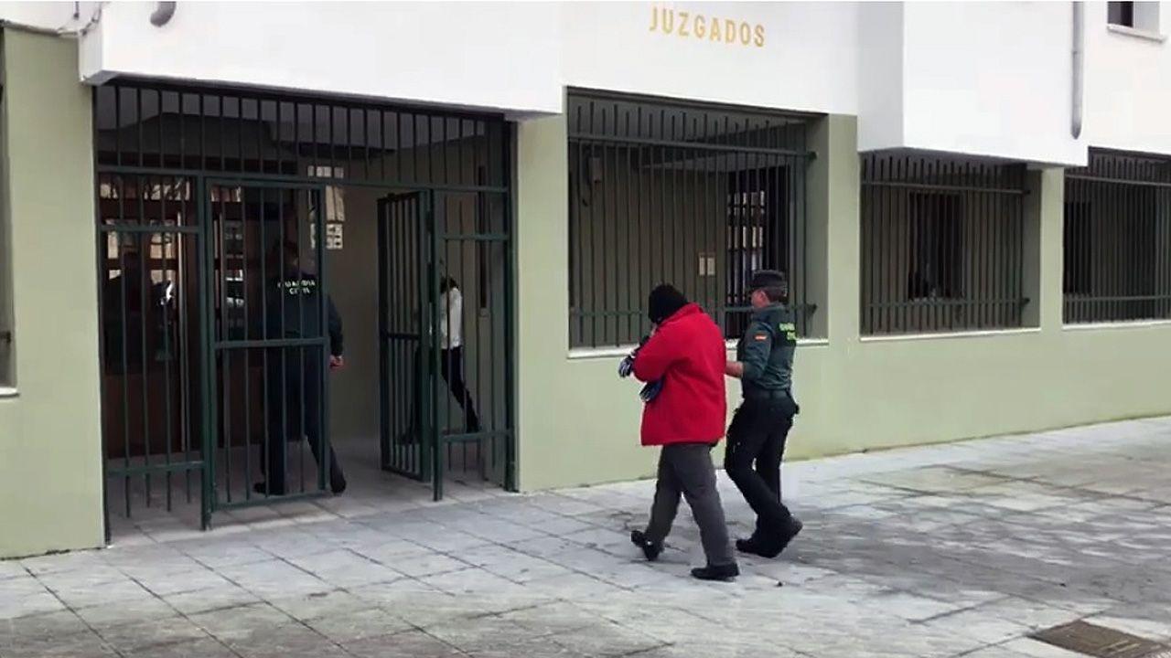 Un incendio devora una casa en Laviana.La Guardia Civil conduce a la acusada del asesinato a puñaladas de Laviana al interior del juzgado