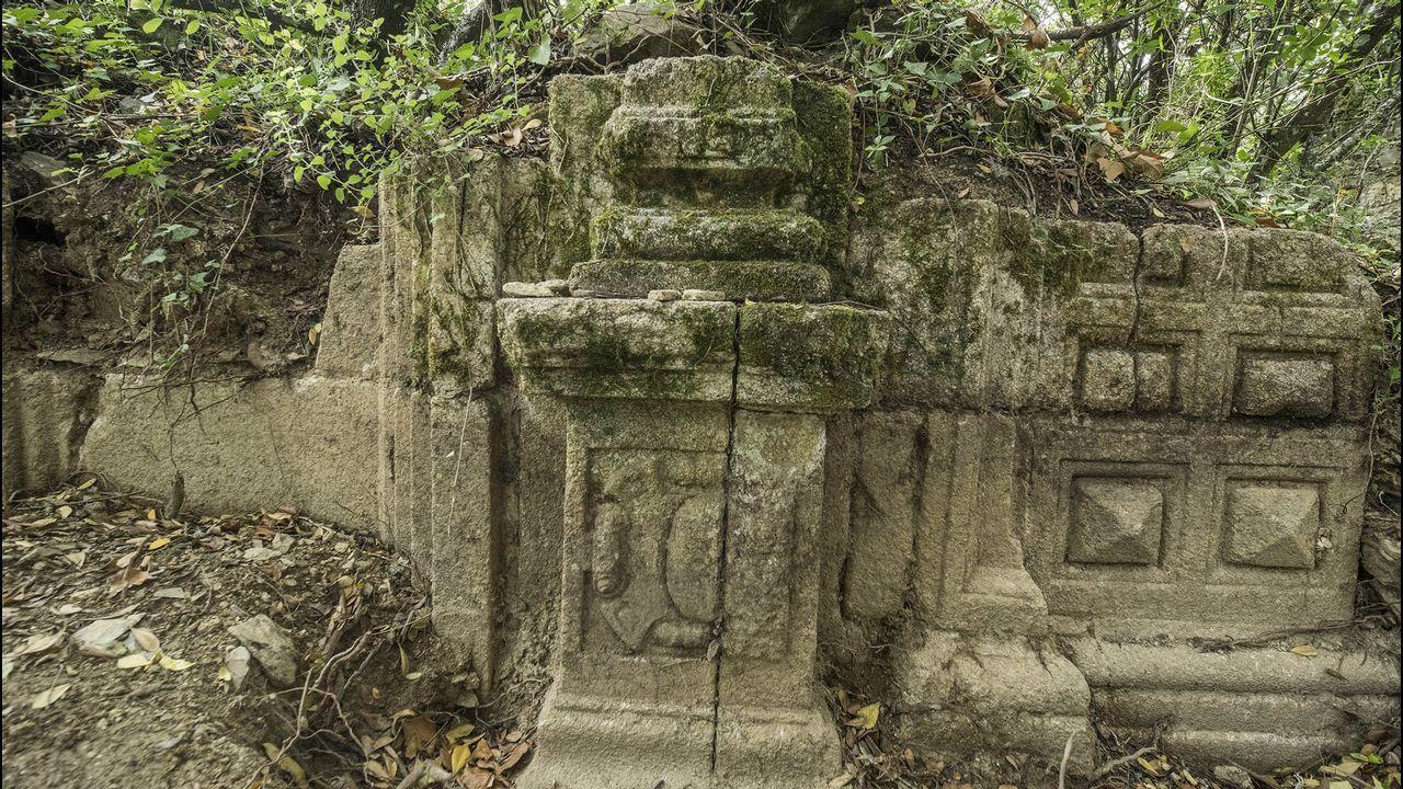 .Un vestigio de la decoración pétrea del templo desaparecido