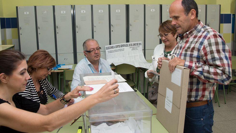 .Un ciudadano ciego ejerce su derecho al voto