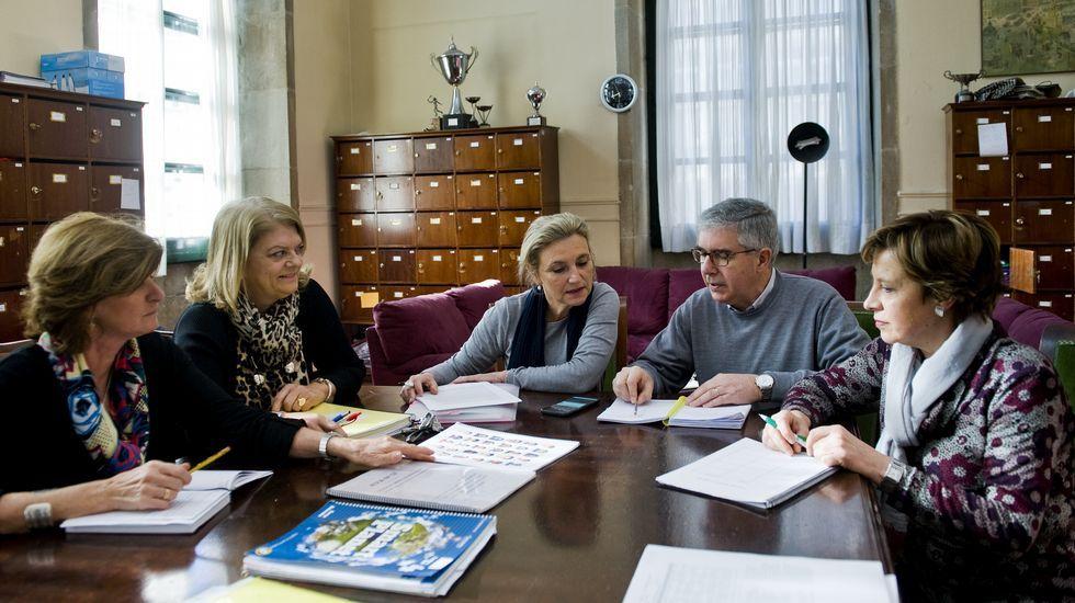 Un grupo de periodistas asturianas dan lectura a un manifiesto en defensa de la igualdad.Teresa Fraga, Beni Vidal, Isabel Ruso, Pedro Rodríguez y María Jesús Quintáns en una reunión en el IES Eusebio da Guarda de A Coruña