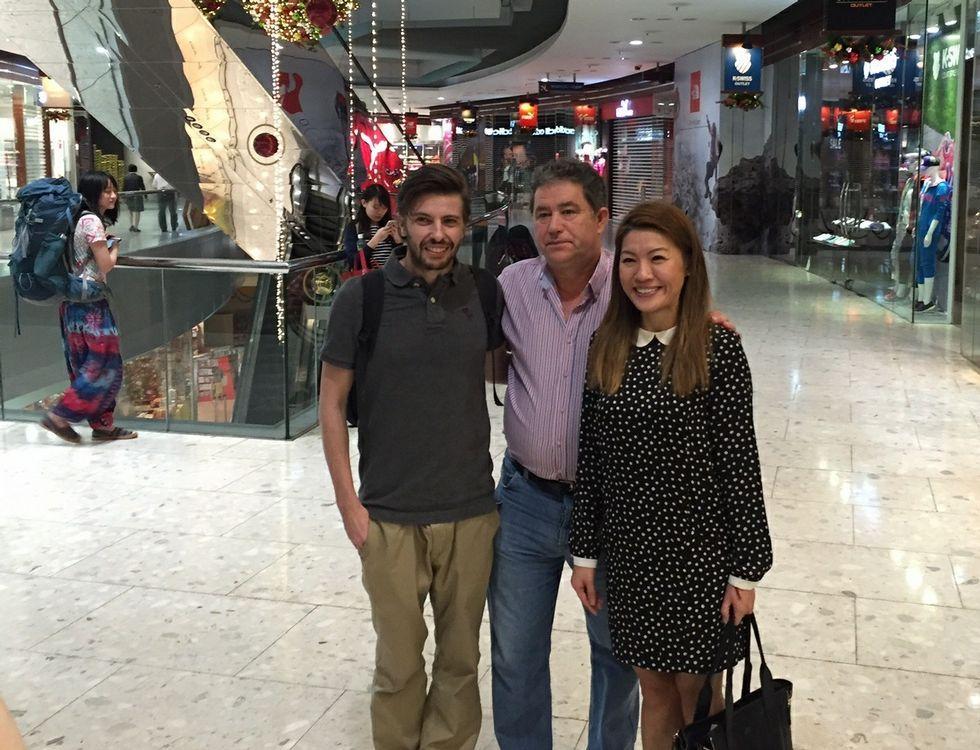 Lores, con uno de los socios de Mar Ceibe y su traductora.