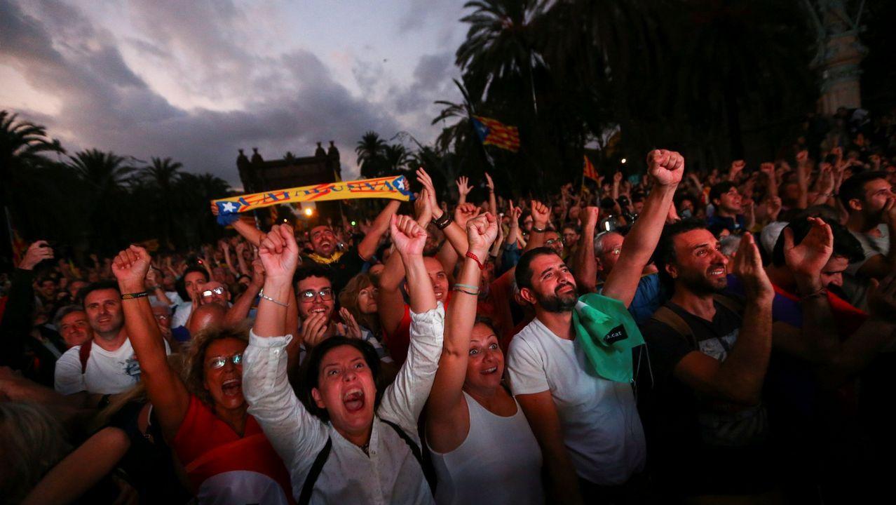 .Vista de la concentración convocada el pasado 10 de octubre cuando Puigdemont pidió dejar en suspenso la declaración de independencia en el Parlament