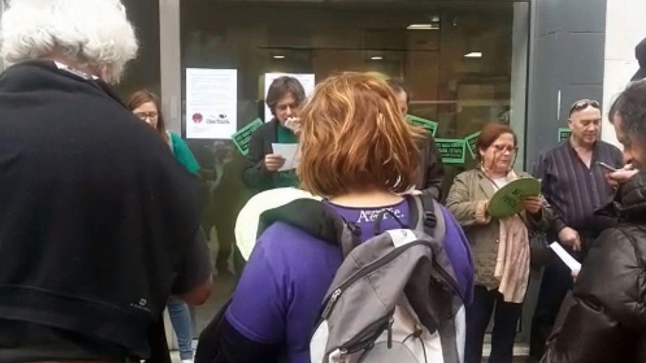 Nacho Vegas canta con activistas de la PAH en un encierro en una oficina bancaria en Gijón, para frenar un desahucio.Nacho Vegas canta con activistas de la PAH en un encierro en una oficina bancaria en Gijón, para frenar un desahucio