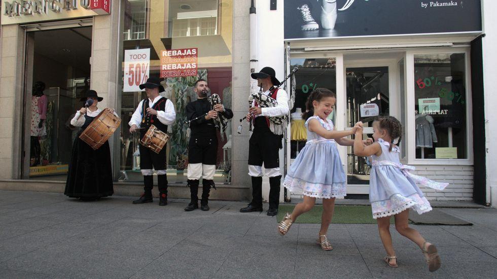La procesión previa a la ofrenda floral, con la torre del castillo de San Vicente de fondo.Dos niñas se ponen a bailar al son de la música de uno de los grupos que actuaron en Monforte en el Día do Gaiteiro