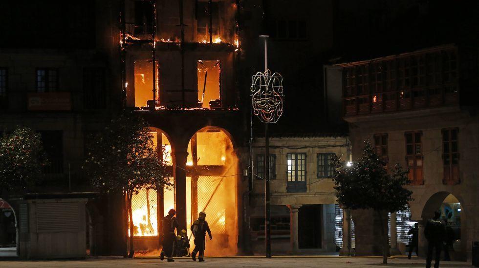 Un incendio arrasa un edificio del casco histórico de Pontevedra.El crucero más grande del mundo, el «Harmony of the Seas», en Saint-Nazaire.