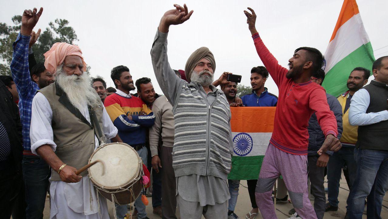 Un grupo de hombres espera la liberación del piloto indio capturado por Pakistán