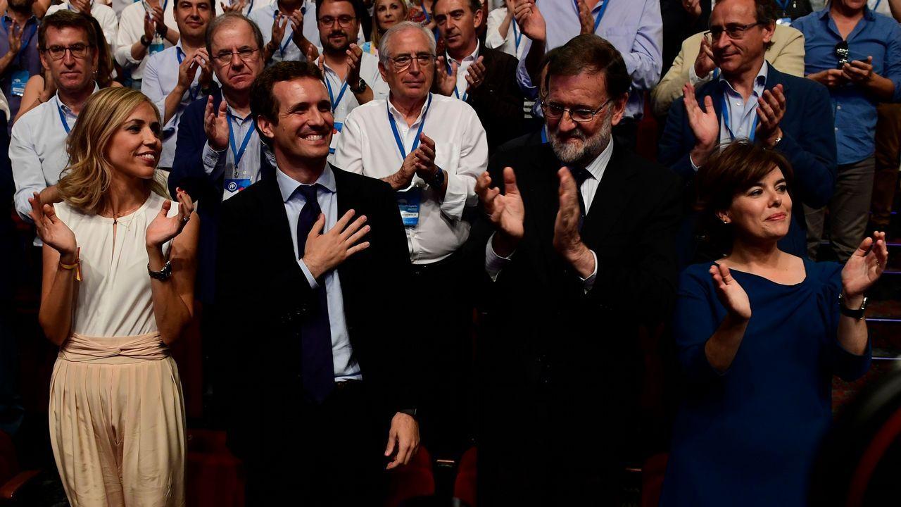 Pablo Casado y su mujer saludan al auditorio.