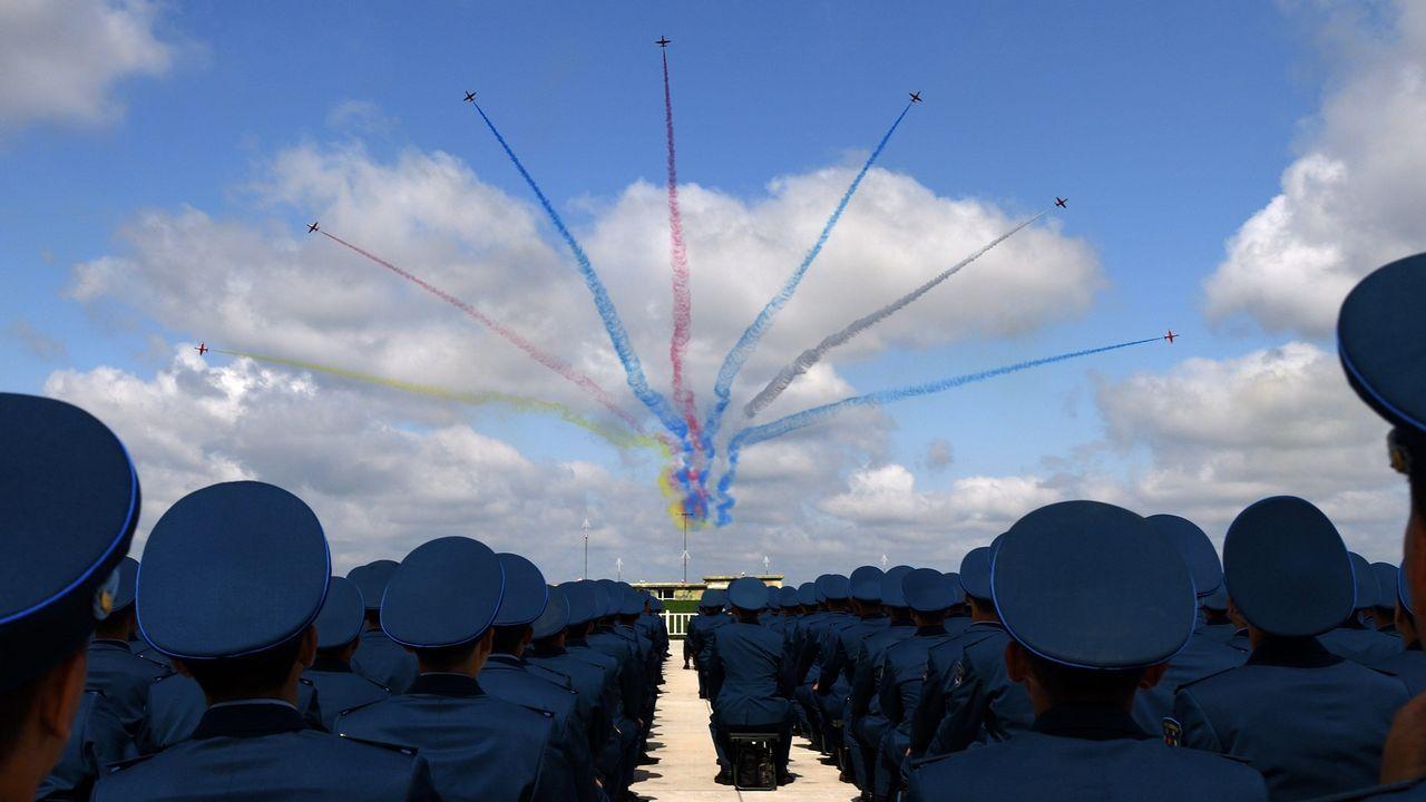 .Soldados del Ejército Popular de Liberación chino asisten a una exhibición aérea con motivo del Día de puertas abiertas de las Fuerzas Armadas en Changchun