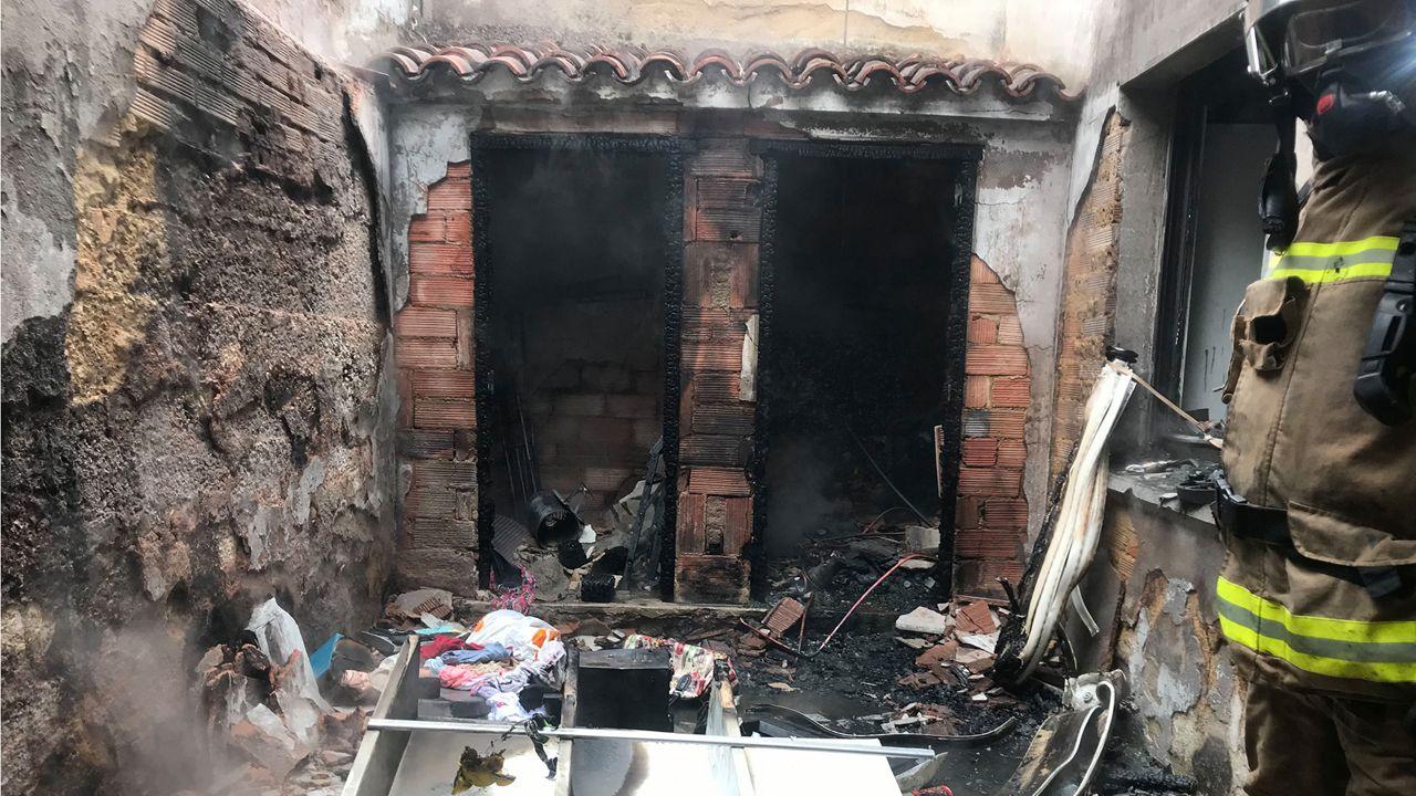 Los Bomberos de Oviedo extinguiendo un incendio en Ciudad Naranco