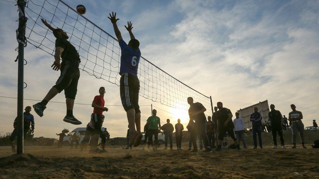 Un grupo de jóvenes palestino juegan al voleibol en Gaza