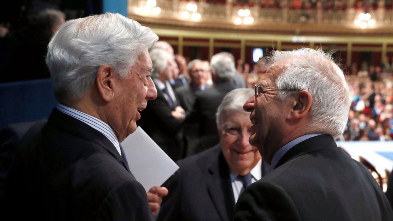 El ministro de Asuntos Exteriores, Josep Borrell y el premio Nobel de Literatura Mario Vargas Llosa asisten a la ceremonia de entrega de la 38º edición de los Premios Princesa de Asturias, hoy en el Teatro Campoamor de Oviedo.
