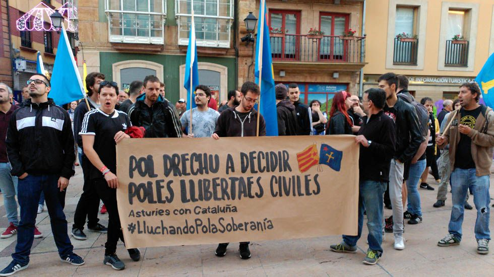 .Manifestantes en la Plaza del Ayuntamiento de Oviedo