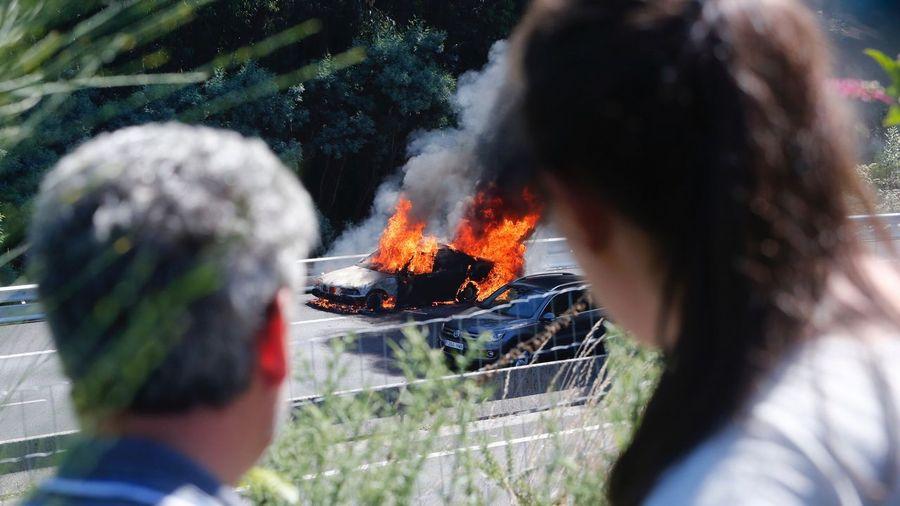 Arde un vehículo en la AP-9 en Barro