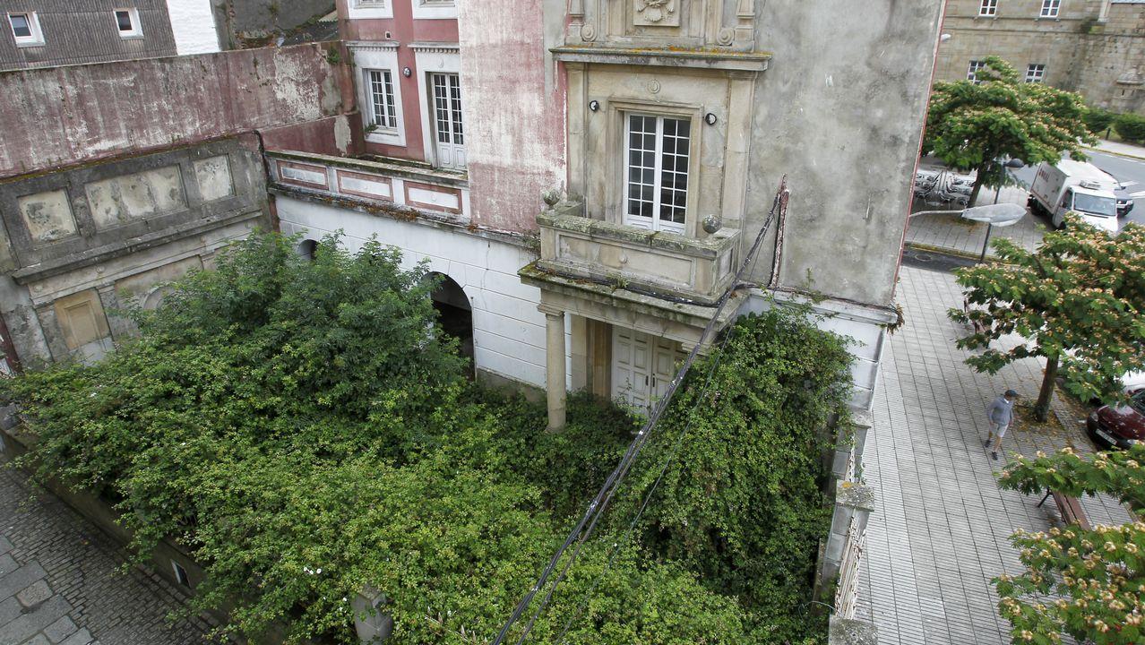 Chequeo al sector hostelero de Ferrol.La maleza crece sin freno en el edificio de Aduanas, que se encuentra totalmente abandonado desde hace doce años