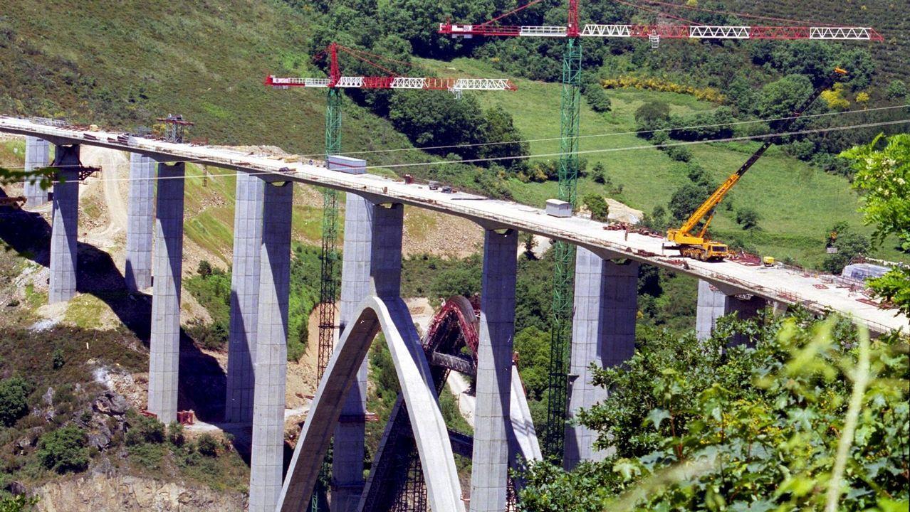 Construcción del viaducto de Cruzul de la A-6 en el año 2000